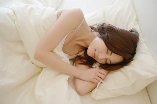 睡眠が不足するとほうれい線の原因に!